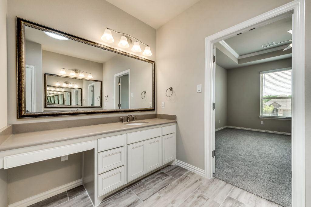 4010 viento master bathroom with room door open