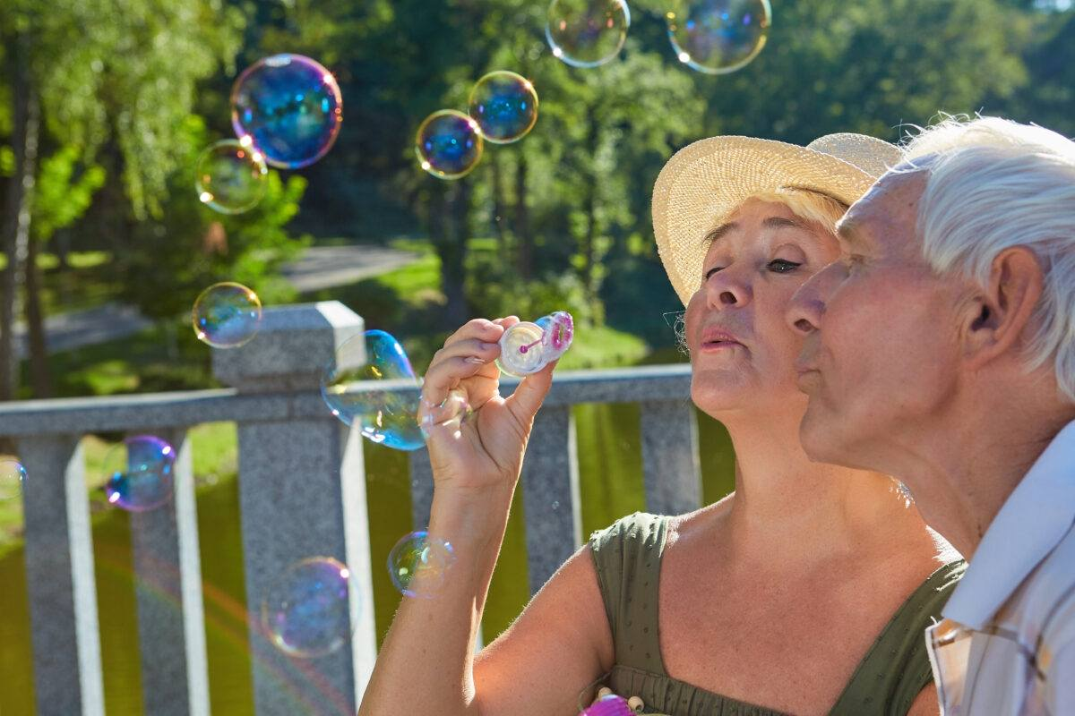 old people with bubble blower pqhzrnb